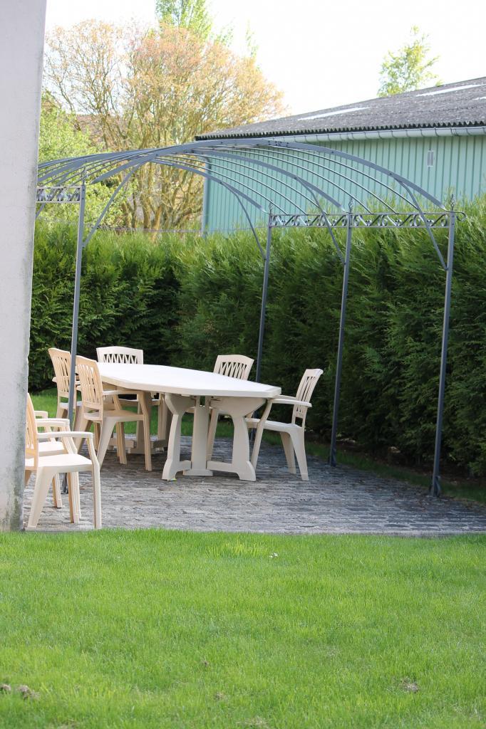 La deuxième terrasse vue du jardin...